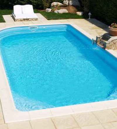 Piscine coque polyester en fond plat par virginia piscines for Piscine coque alpes maritimes
